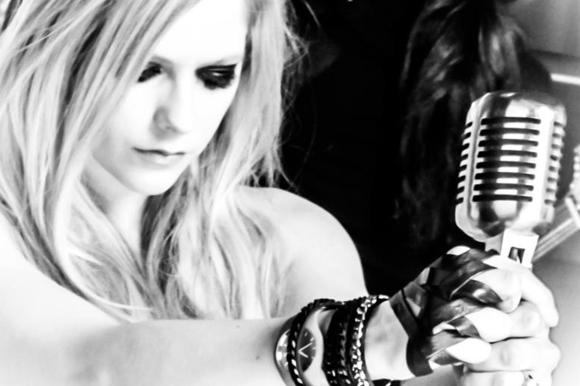 艾薇儿·拉金(Avril Laguin)也穿着PV♪