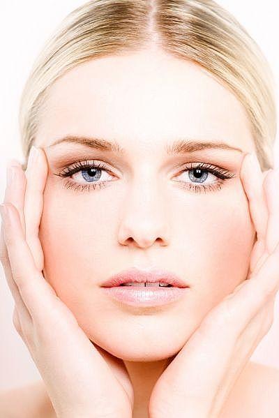 顔のシミを根本から取りたい人へ!新発想のコラーゲンを生成する美白美容液<プラチナVCセラム>が口コミで話題!!